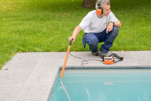 Leaks in swimming pools, ponds and water reservoirs